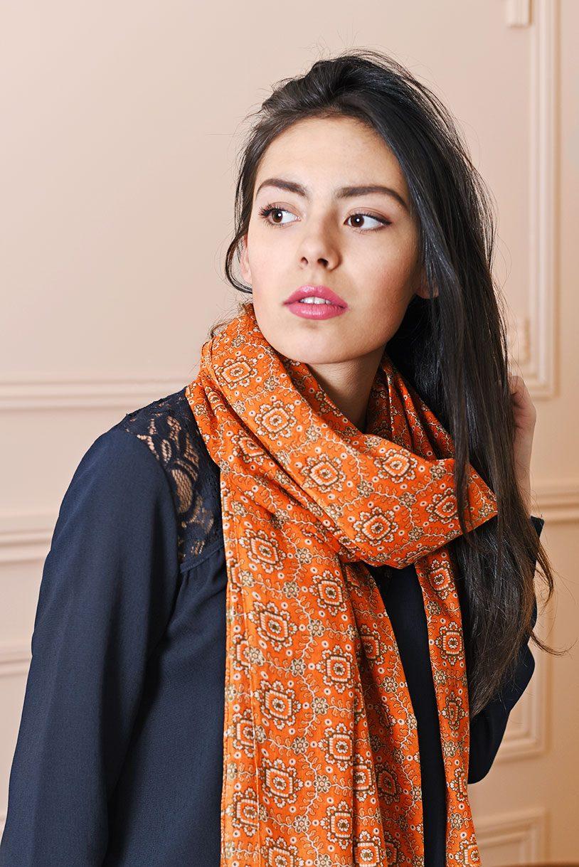http://chantier.allee-du-foulard.fr/wp-content/uploads/2018/03/0660-ADF-Accessoires-de-mode-LB-Cheche-indie-orange-814x1219.jpg